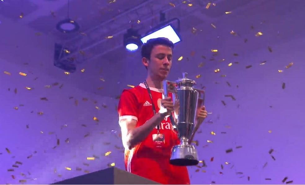 Zezinho é campeão do FIFA FUT Champions de Paris do FIFA 20 — Foto: Reprodução